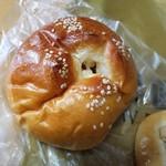昇匠 SHOW BAKERY - パンの旨みがハッキリわかる「Wチーズロール (153円)」