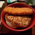 モンストロ バーベキュー - 大判ハンバーグの下に卵がチラッと見える「コンボ丼壱 (780円)」