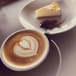 イン ヴィトロ コーヒー ロースター - カフェラテ/チーズケーキ