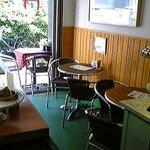 マキネスティコーヒー - テーブル席、カウンターもあります。