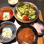 ステーキ茶屋 なにがし - 味噌汁とサラダ、豆腐付き
