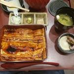 83827451 - 箱めし中箱(2950円)+穴子のお出汁(200円)