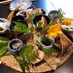 83833013 - 八寸:兵庫県のホタル烏賊と九条葱の煮びたし・市田柿 杏子 豆腐の白和え・つぶ貝の旨煮・佐渡の蛸のやわらか煮・大間の雲丹と湯葉」はあんかけになっている。新玉ねぎの揚げ物・よもぎ麩の揚げ物