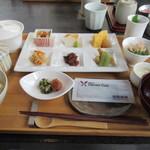 83835029 - 朝食のセット。左右にご飯味噌汁小鉢類がついて、更に焼き魚が付く