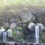 83835035 - 窓の外の池に流れ込む水
