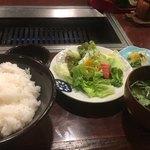 肉料理 かやま - ご飯、サラダ