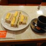 83841803 - タマゴサンドとコーヒー