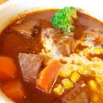 フランス飯屋 ア・ラ・山田亭 - 柔らかくホロホロに煮込まれた牛肉。ブラウンソースにはカドがなく、ミルキーさが感じられる