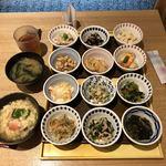 kyousaiminomura - 鶏肉のレモンソース、ひじきの煮物、京うの花、帆立と海老のだしあんかけ、豆と牛蒡の甘煮、蒸し鶏とキャベツのサラダ、大豆とほうれん草の白和え、小松菜とじゃこの紫蘇和え、千切り大根のはりはり漬け、蓮根とほうれん草の和え物、わかめとたくあんの酢の物、あんかけがんも