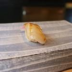鮨 麻生 平尾山荘 - カンパチ ゆずを絞ってあったり