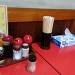 珉楽 - テーブルには一通り揃ってます。
