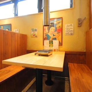 半個室のテーブル席とカウンター有り