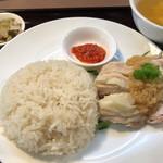 貘 - チキンライス 980円。