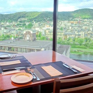 鴨川や東山の雄大な景色を臨みながら、食事を楽しむ至福の時間。