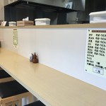 一福製麺所 - カウンター席、小さなテーブル席ございますこじんまりとした店内。