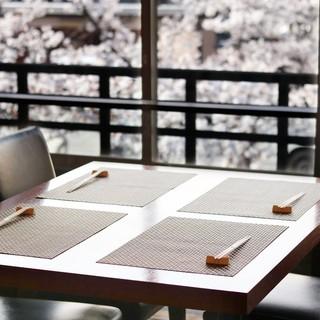 祇園白川を眺めながら