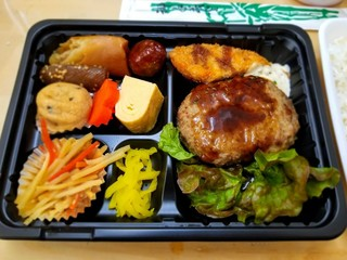 季節料理 新大阪 きらく 東口本店 - ハンバーグ弁当 500円 おかず