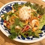 バンコク屋台 飯と酒 トゥクトゥクトウキョウ - エビとパクチーのサラダラーメン
