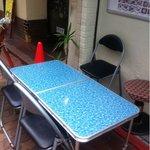 居酒屋 タイ - 路上にもテーブルあり。