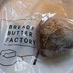 ブレッド&バターファクトリー - 料理写真:カマンベール入りクルミパン