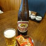 仁や - ビールはキリンラガー。柿の種付き