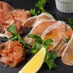 TRATTORIA atmeal - 料理写真:専門店の生ハム盛り合わせ
