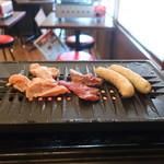 徳川ホルモンセンター - 鶏モモ、ハラミ、スーパーBOOオンザロースター