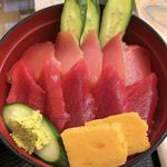 マグロ卸のマグロ丼の店 - 中トロと赤身のマグロ二色丼