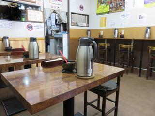 博多元気一杯!! - カウンター席とテーブル席がある店内。