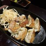 芋蔵 - 鉄板一口餃子(530円)