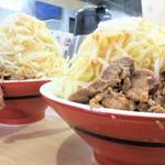 谷島屋 - 大盛+野菜(大)(左)との比較