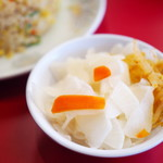 ラーメン大阪 - 料理写真:キムチバーでよそった大根の漬物
