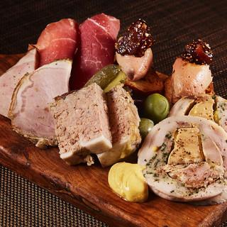 フランスで人気のお肉料理メインにアラカルトも充実!