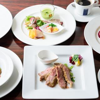 色鮮やかな、食べて元気になるコース料理も人気です!