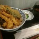 天ぷら新宿つな八 - コレが通路の片端とは思えない。
