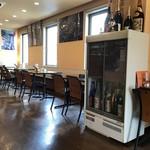 喫茶屋 かしさ - 大きなテーブルカウンター席、テーブル席ございます店内です。