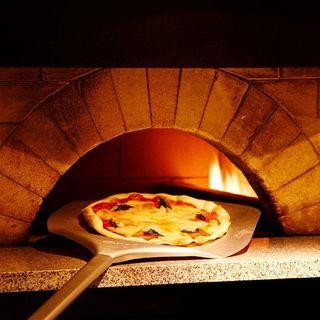店内の窯で焼き上げる、香ばしいもっちり食感のピザ