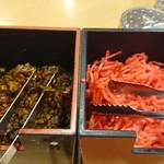 名代ラーメン亭 - 卓上の辛子高菜&紅しょうが