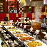 四川飯店 - 出来たての料理が並ぶブッフェカウンター