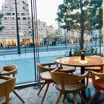 BeBu - お店はスタイリッシュなガラス張り空間にテーブル席とテラス、ラウンジなど多彩なスペースがあります