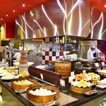 四川飯店 - 清潔に保たれたオープンキッチンから出来たての料理をご提供