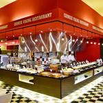 四川飯店 - オープンキッチンの中では次々に新しい料理がつくられています