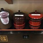 83922864 - 卓上味変アイテムは「山椒」「七味」「鰻のタレ」「醤油」等が