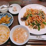 成都 - 上海風焼きそばと半チャーハン ¥600-