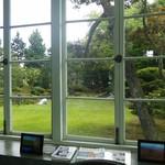 83926119 - 窓の外には素敵なお庭が広がります。