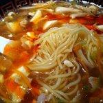 Haihaitenzankaku - 杯杯 天山閣 (ピリ辛黒酢味)サンラータン麺 麺アップ