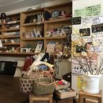 めし・カフェ・一風来 - テーブル席、カウンター席ございます店内です。