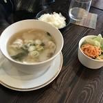 めし・カフェ・一風来 - 餃子スープ行者にんにく入り。