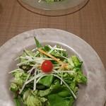 チェゴヤ - 冷たいガラス皿でサラダ