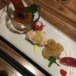 83931123 - 前菜4品:才巻海老の紹興酒漬け・蒸し鶏の葱ソース・クラゲ ・腸詰